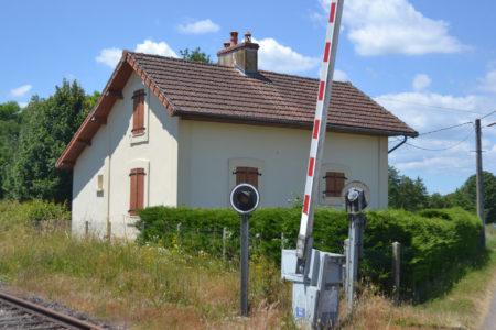 La maison de barrière à l'entrée de la station de Dracy-Saint-Loup.