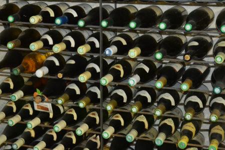 Notre cave à vin de plus de 250 bouteilles des vins de Bourgogne et de Bordeaux vous attend !